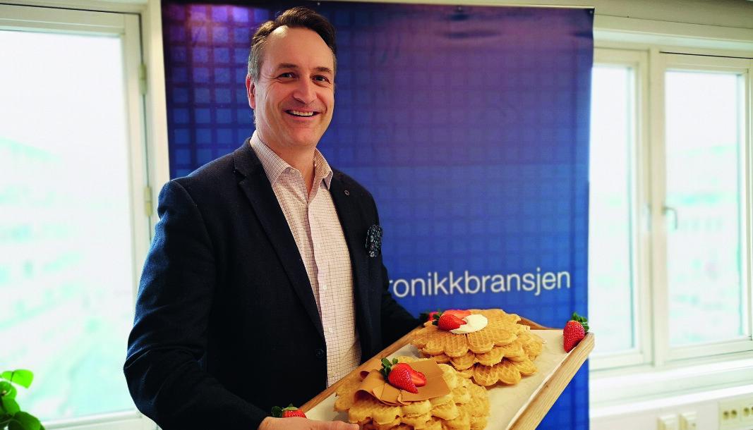 Administrerende direktør i Stiftelsen Elektronikkbransjen, Jan Røsholm, feirer Vaffeldagen den 25. mars. Foto: Marte Ottemo