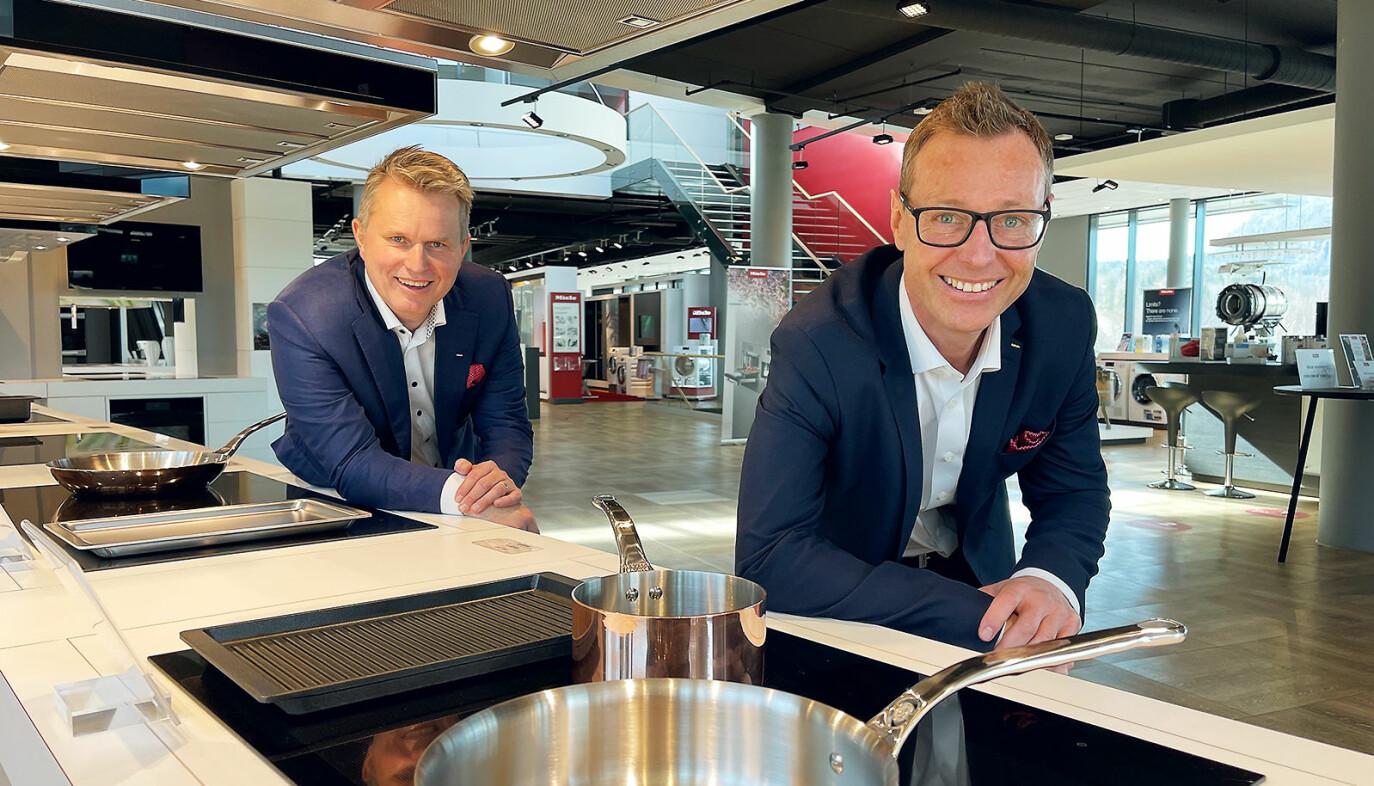 Anders Kjekstad (t. v.) overlater roret som Miele-sjef i Norge til Espen Tho. Selv blir Kjekstad nordisk marketingdirektør. Foto. Stian Sønsteng