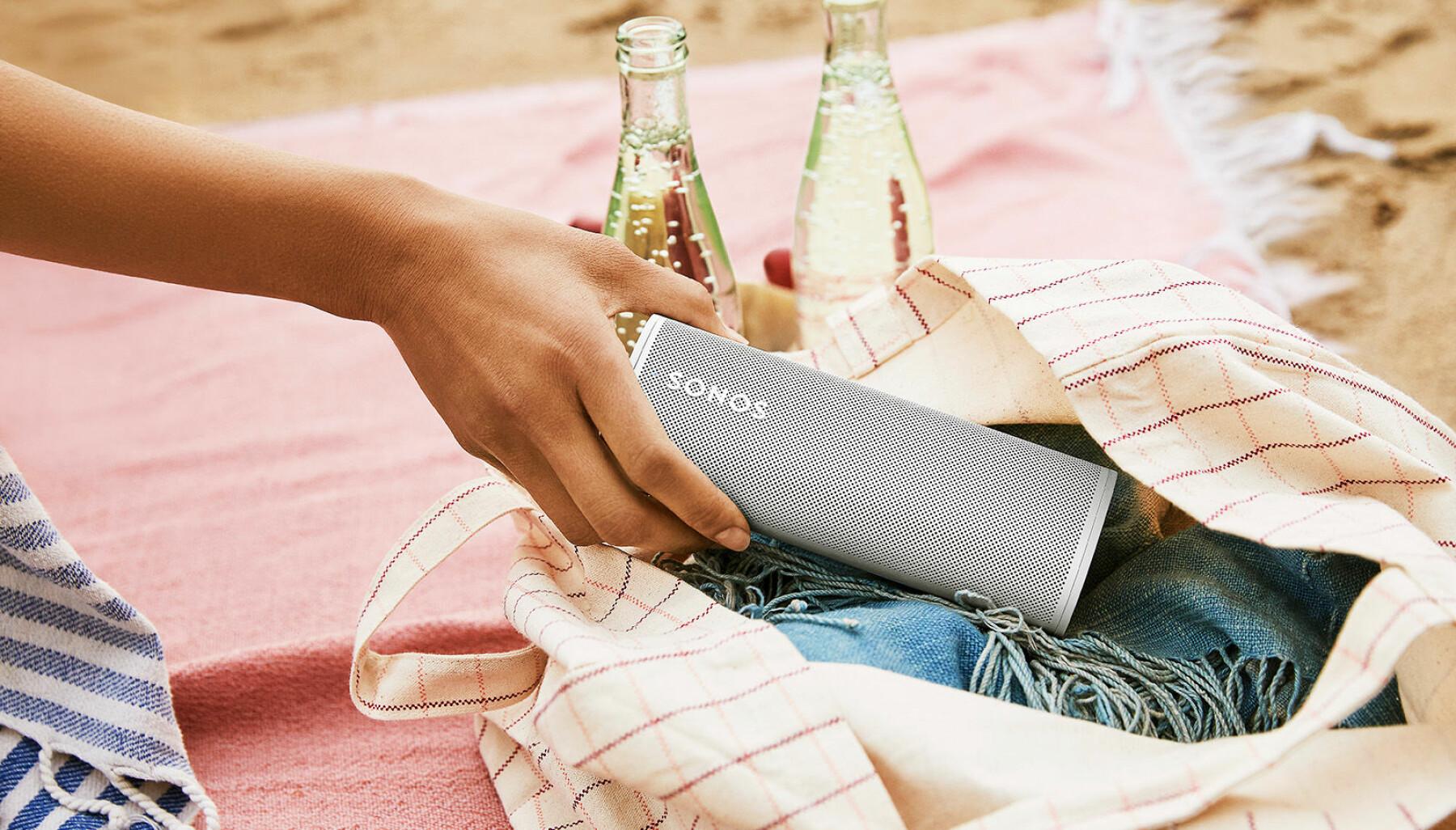 Sonos Roam er 16,8 centimeter lang, og stiller automatisk inn lyden etter omgivelsene også når den brukes på blåtann. Pris: 1.800,- Foto: Sonos