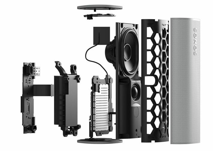 Deler av høyttalerelementene er en del av sjassiet i Sonos Roam, for å spare plass, gi mer luft og dermed mer lyd. Foto: Sonos