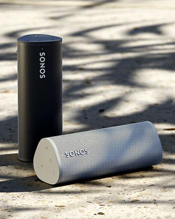 Sonos Roam kommer i fargene Lunar White og Shadow Black. Foto: Sonos