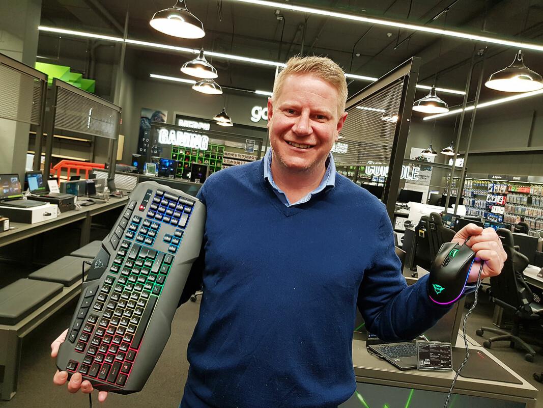 Finn Kristoffer Larsen fra Trust viser frem spilltastaturet Odyss og spillmusen Qudos. Foto: Jan Røsholm