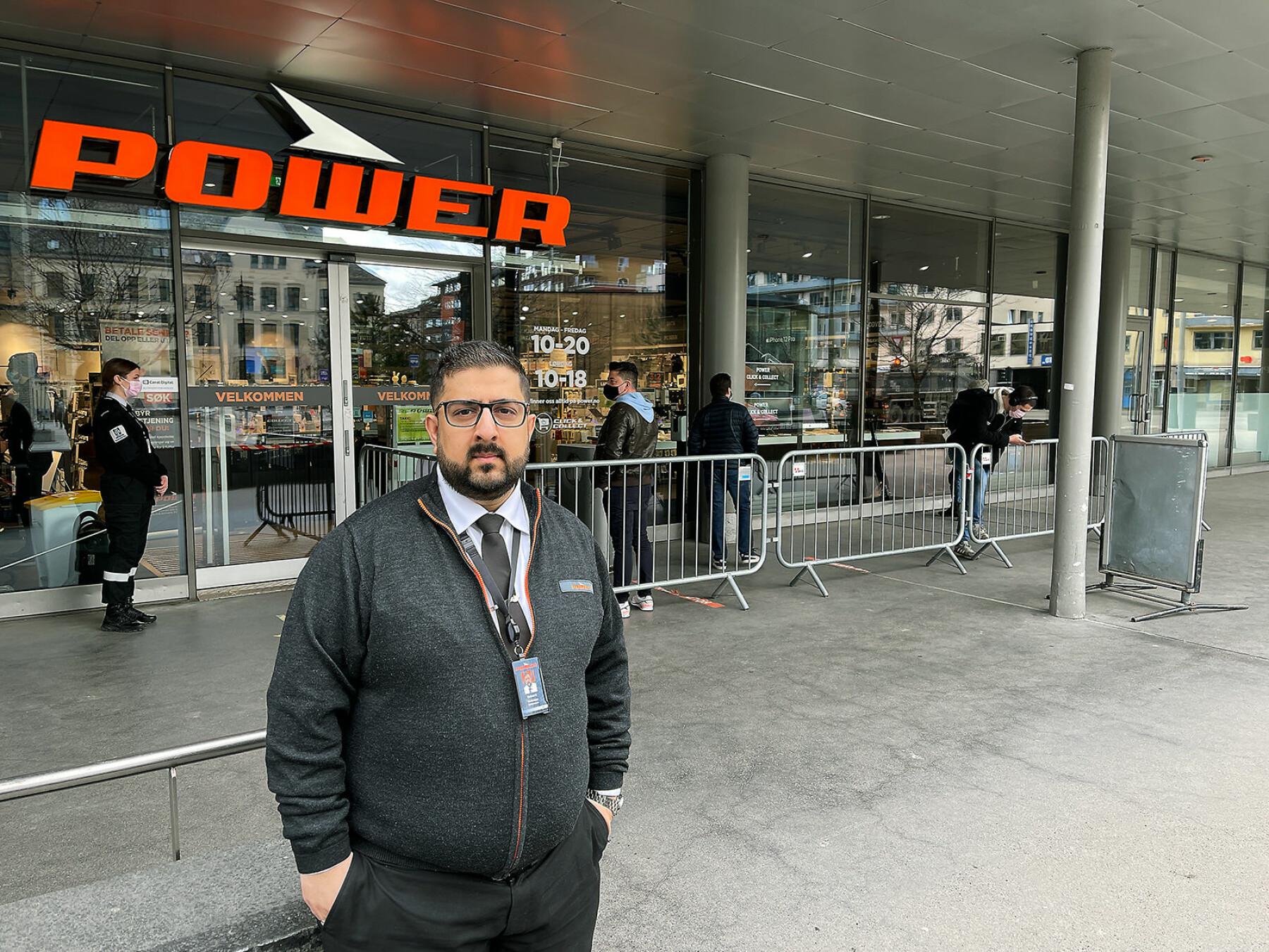 Raheel Khan er varehussjef ved Power Colosseum på Majorstua i Oslo. Foto: Stian Sønsteng