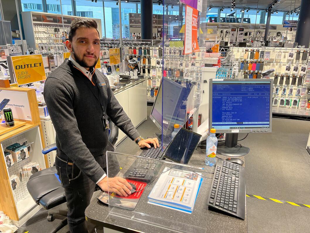 Sirosh Awan er tele- og dataselger ved Power Colosseum, og betjener her den lokale kundechaten. Foto: Stian Sønsteng