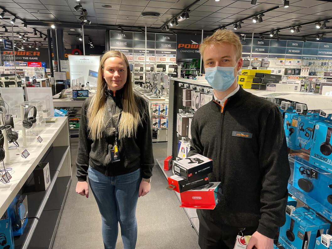 Jonathan Smith Udnæs og Camilla Andersen ved Power Colosseum finner frem varene etter hvert som kundene kjøper dem på nett. Foto: Stian Sønsteng