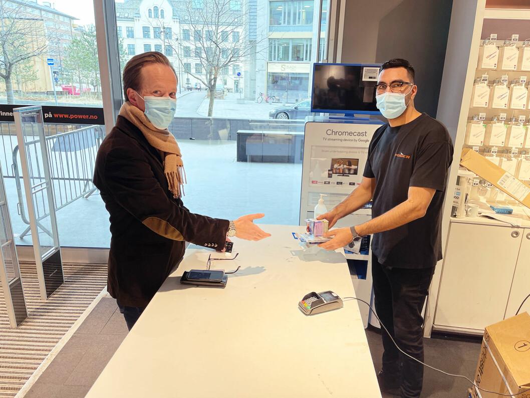 Abdul Beikzad leverer ut varene kunde Jørgen Gravning har kjøpt på power.no. Foto: Stian Sønsteng