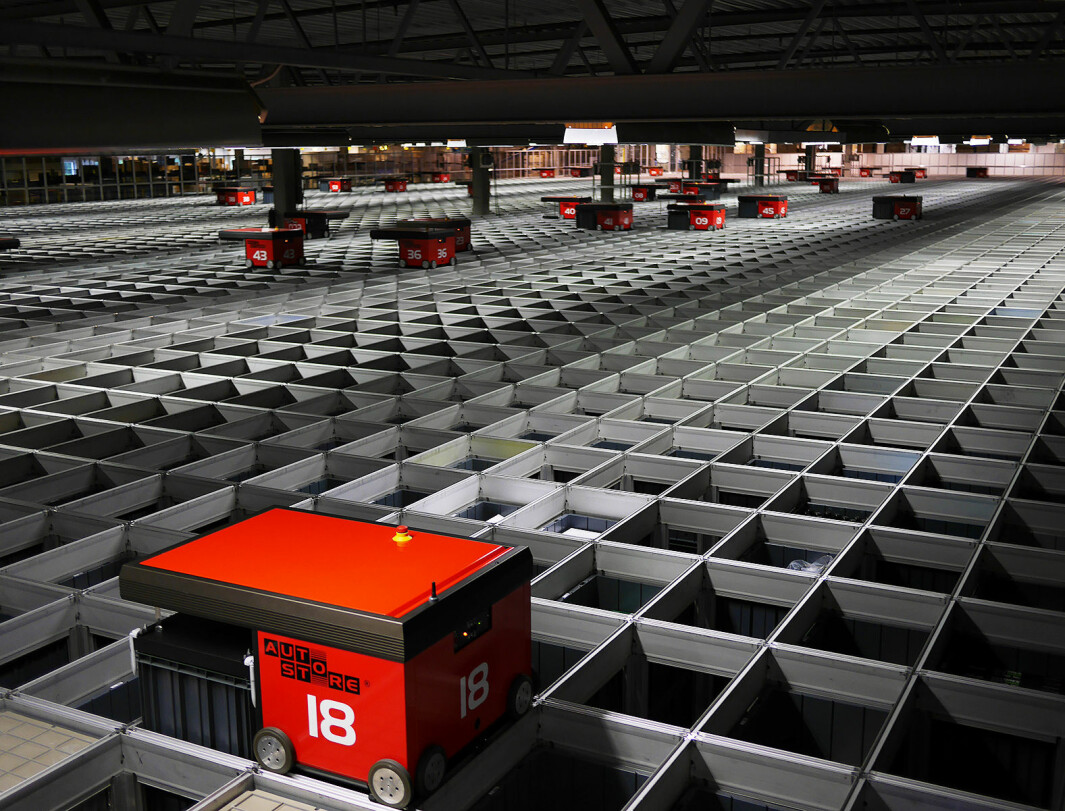 Komplett bruker robotlageret Auto Store fra Element Logic, som består av 72.500 kasser med 75 roboter og 35 arbeidsstasjoner.Foto: Stian Sønsteng.