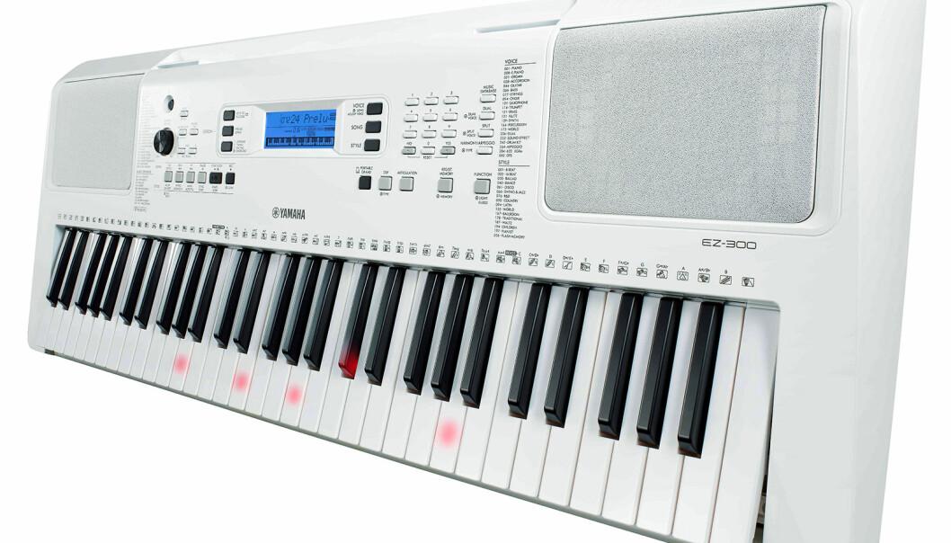 Yamaha EZ-300 er et annet keyboard enn det som omtales i saken, og har 61 berøringsfølsomme tangenter som under opplæring kan lyse der man skal spille. 622 stemmer, DSP-effekter, 205 autoakkompagnementstiler og 26 harmonityper. Pris: 3.100,- Foto: Yamaha