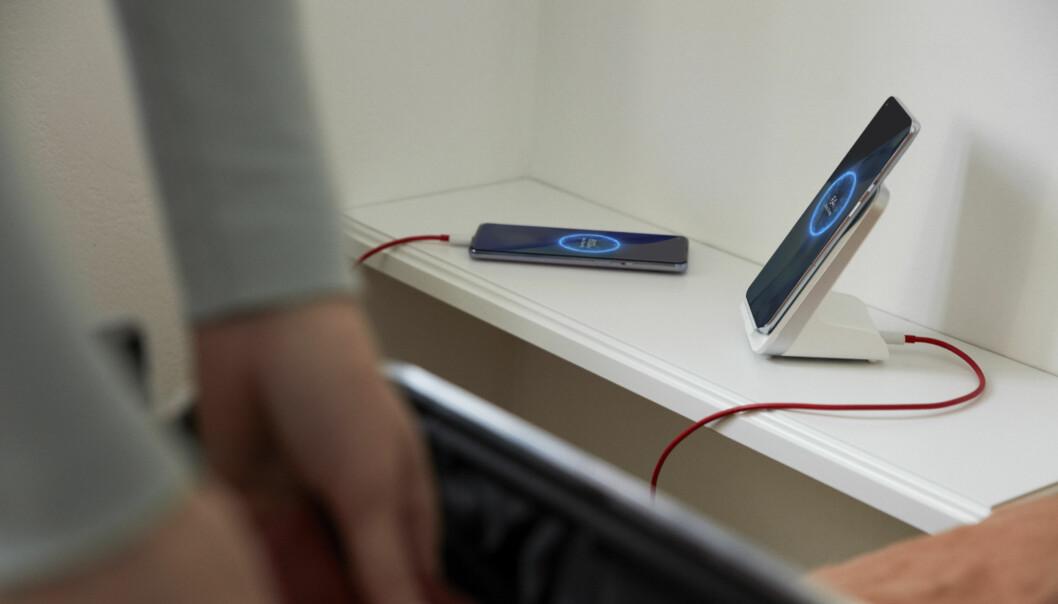 OnePlus' nye trådløse lader har to spoler, og lader 9 Pro like raskt vertikalt som horisontalt. Foto: OnePlus