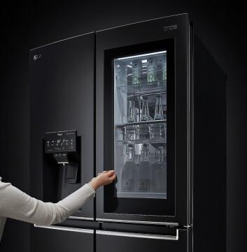LGs InstaView dør-i-dør-kjøleskap har fått en rekke oppgraderinger og designforbedringer, blant annet et 23 prosent større glasspanel i døren. Foto: LG