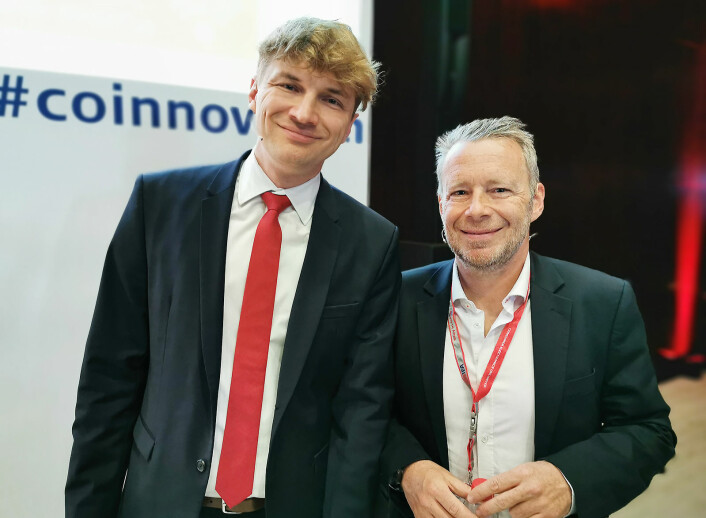 Produktutviklings-direktør Marek Maciejewski og salgs- og marketingdirektør Frédéric Langin (t.h) under IFA-messens globale pressemøte i 2019. Foto: Stian Sønsteng
