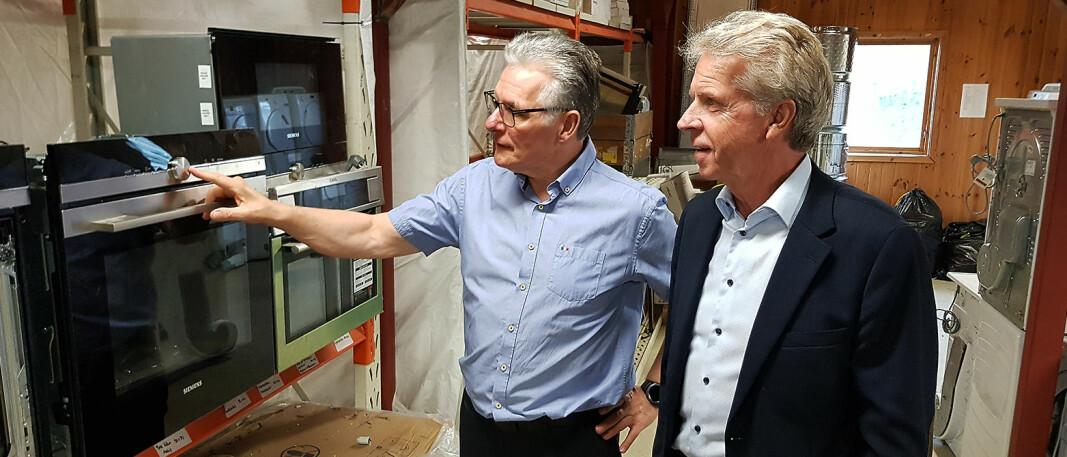 Daglig leder Pål Haugen (t. h.) i OmBrukt AS på besøk hos Tommy Paulsen i Norsk Ombruk. Foto: Jan Røsholm