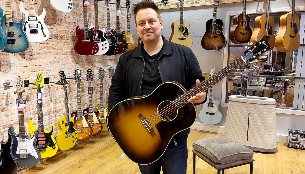 Salgssjef Dan Johnsen i Luthman Nordic i gitarrommet ved 4Sound Gjøvik med Gibson J-45 Original, til 29.000 kroner. Foto: Stian Sønsteng