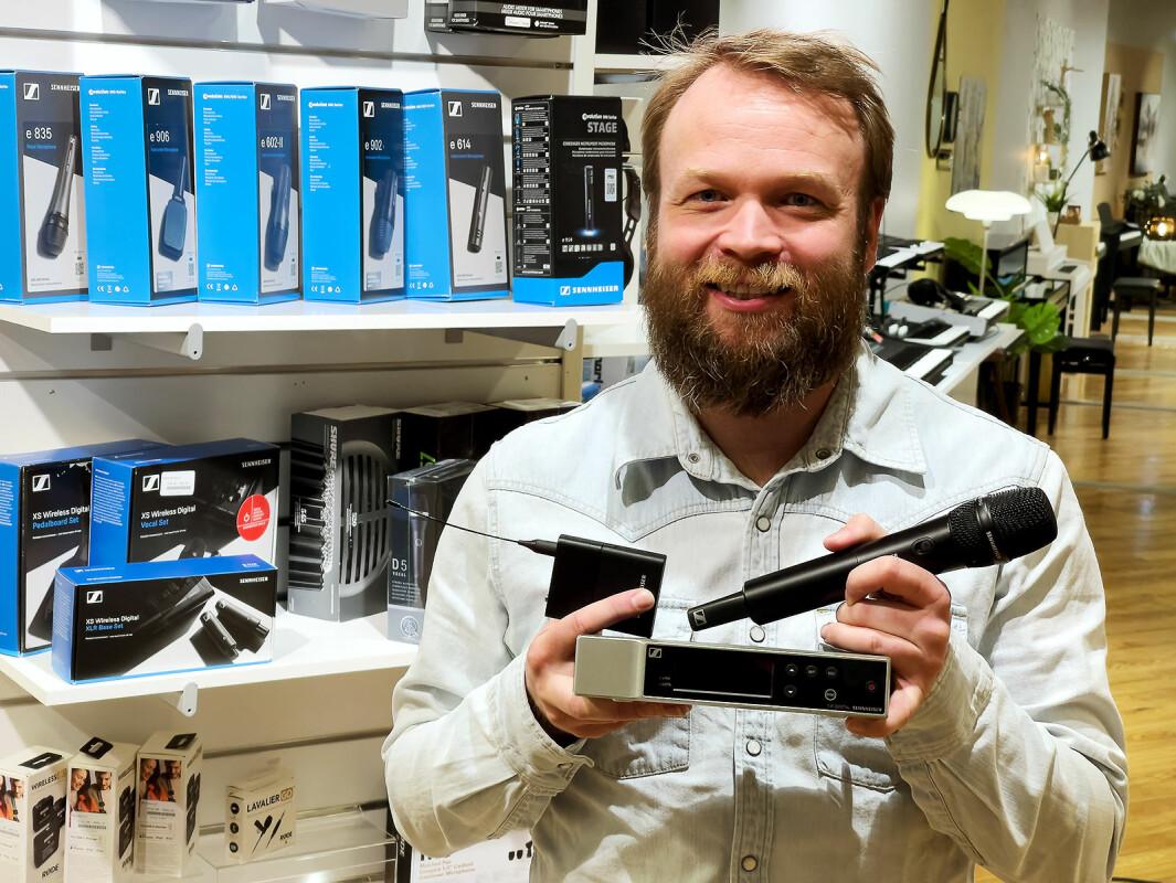 Stian Sveen i Sennheiser med deres nye trådløse EW-D-system. Foto: Stian Sønsteng