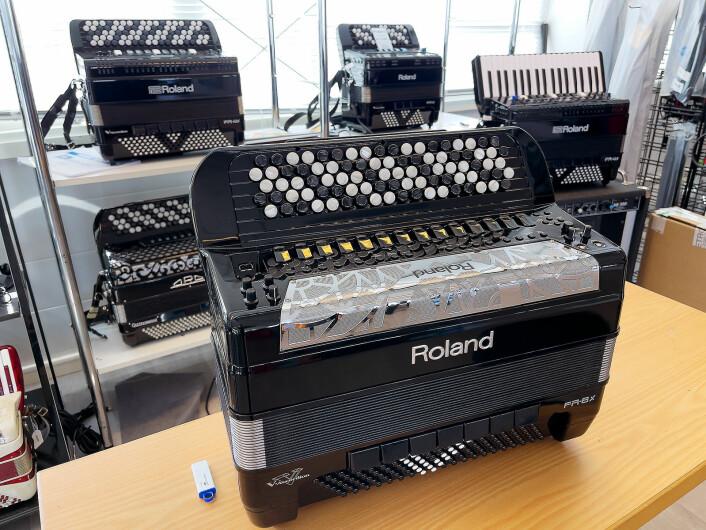 Elektroniske trekkspill fra Roland er en av spesialitetene til Gjøvik musikkhandel. Foto: Stian Sønsteng