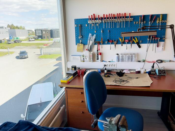 Et par dager i uka arbeider en frilans servicetekniker ved Gjøvik musikkhandel. Fra plassen sin ser han over til bygget der 4Sound Gjøvik holder hus. Foto: Stian Sønsteng