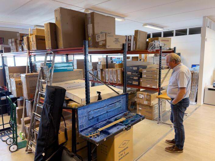 Mye av varene hos Gjøvik musikkhandel står i kartong på lageret, klar til å sendes ut til kundene. Foto: Stian Sønsteng