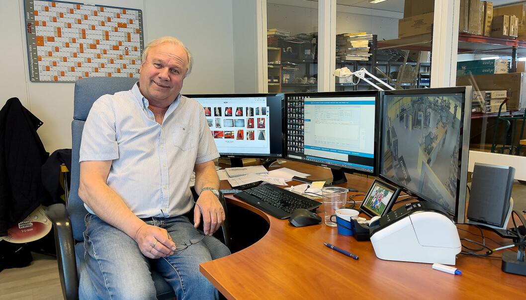 Musikkhandler Stein Ola Bjørnerud insisterer på å sitte i kontorstolen sin, så ingen skal se hvor slitt den er. Foto: Stian Sønsteng
