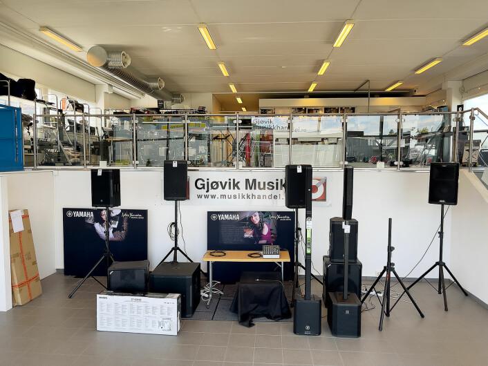 Det er en halv etasje opp til selve hovedbutikken når man kommer inn hos Gjøvik musikkhandel. Foto: Stian Sønsteng