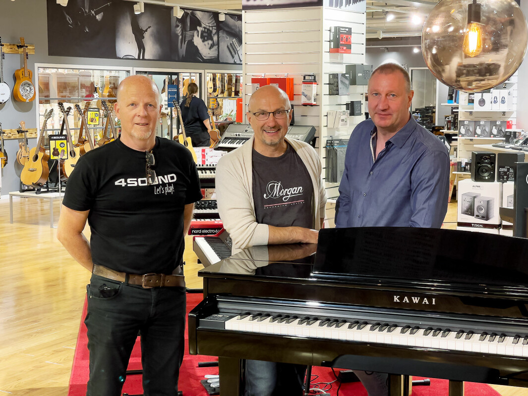 Styreleder Morgan Johnsen, driftssjef Magne Iversen og butikksjef Ronny Ødegaard på åpningsdagen ved 4Sound Gjøvik. Foto: Stian Sønsteng