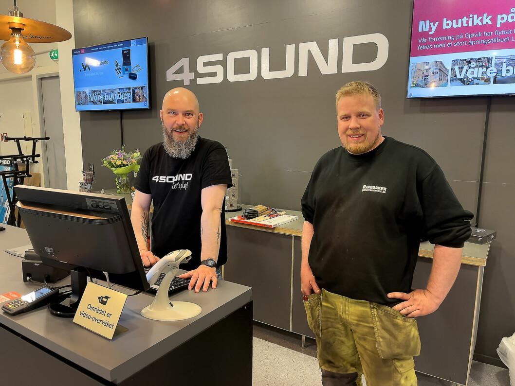 Espen Narum (t. v.) ved 4Sound Gjøvik ekspederer kunder Marius Storbråten fra Ringsaker. Foto: Stian Sønsteng