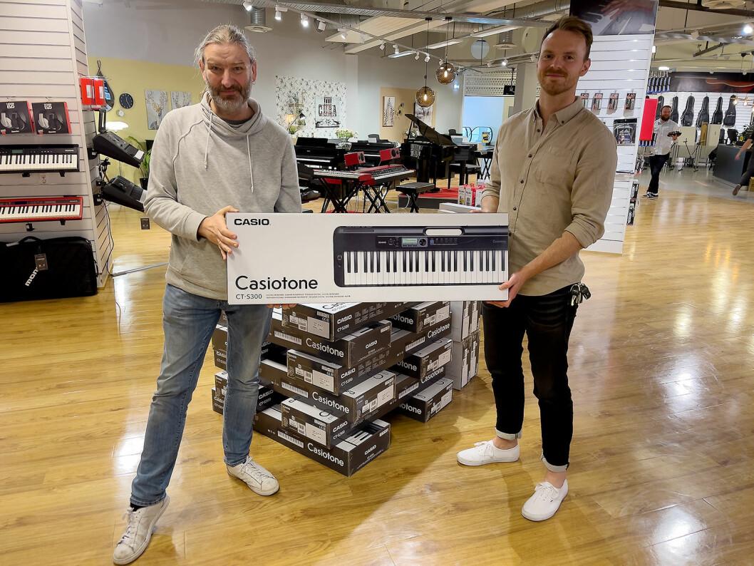 Per Nordengen (t. v.) og Mikael Romundstad i Polysonic Norge AS med Casiotone CT-300. Foto: Stian Sønsteng