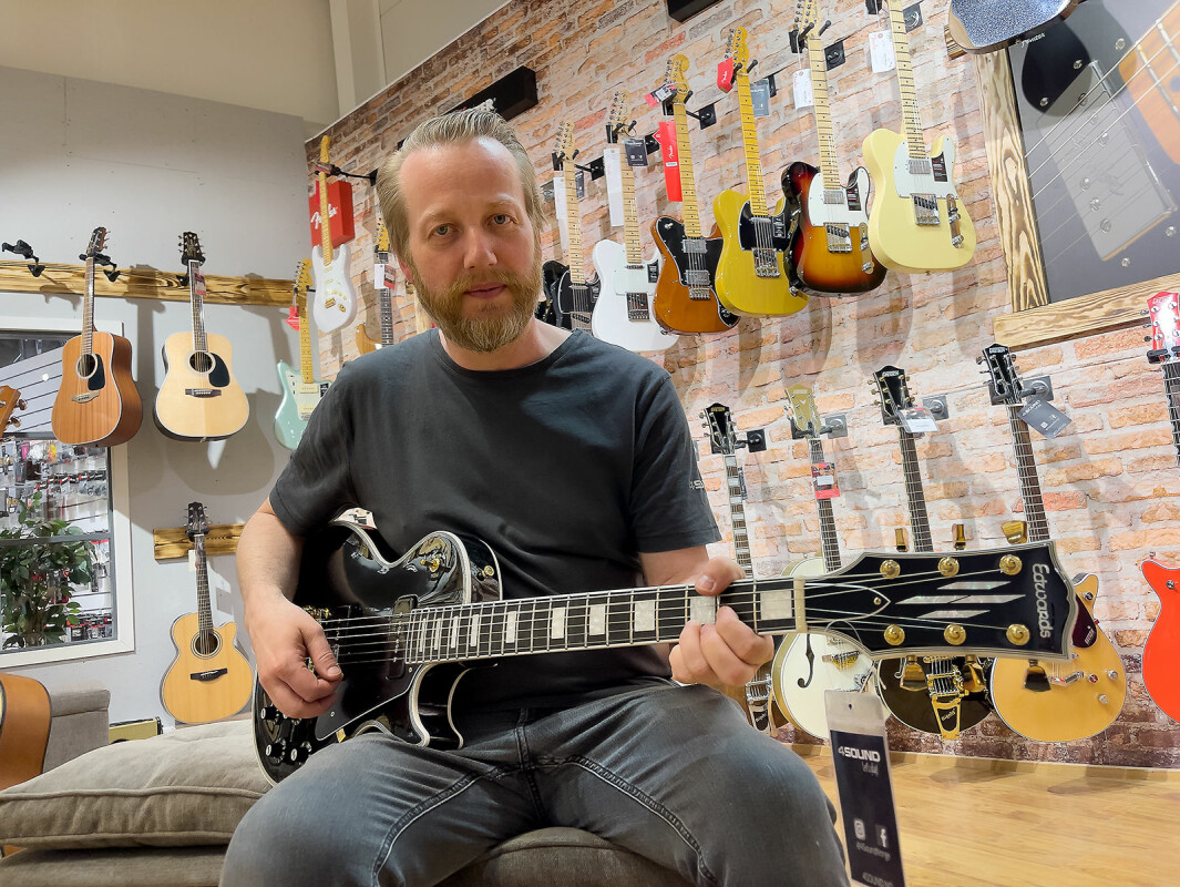 – Edwards er høykvalitetsgitarer produsert av ESP i Japan, med førsteklasses mikrofoner og elektronikk, sier Geir Kristoffersen ved 4Sound Gjøvik. Foto: Stian Sønsteng