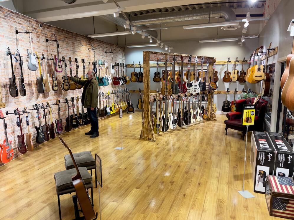 Strengeinstrumentene ved 4Sound Gjøvik er samlet i ett stort rom. Foto: Stian Sønsteng