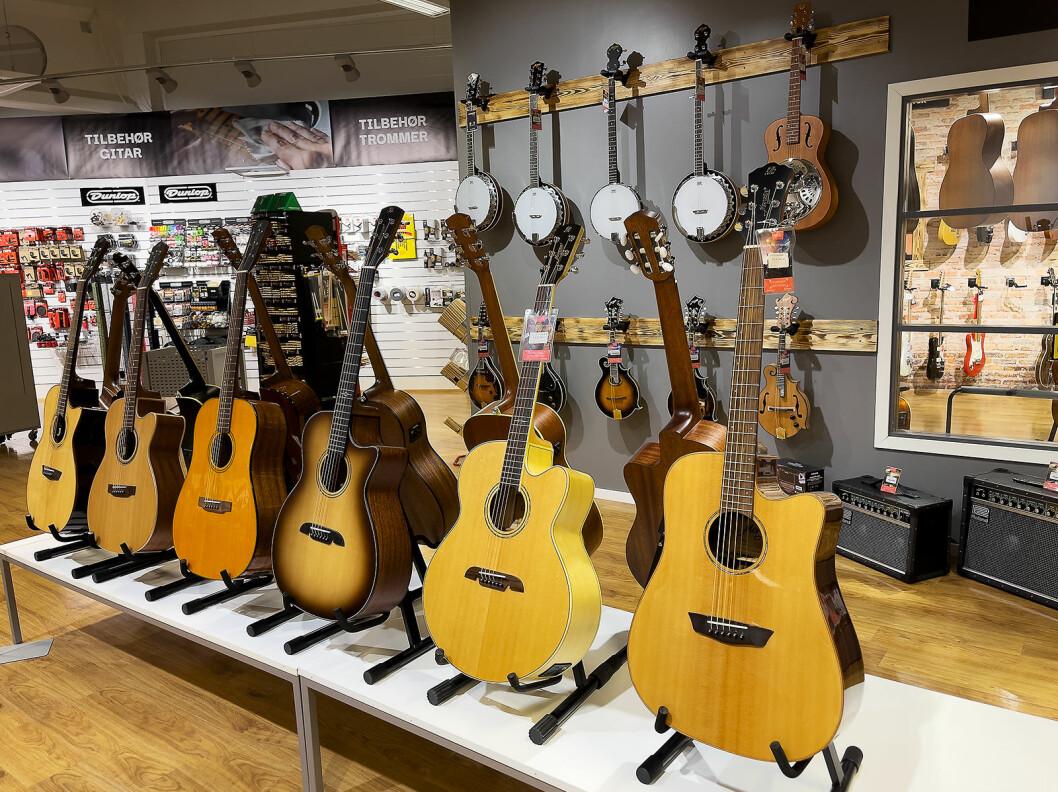 Noen banjoer, ukuleler og gitarer har fått plass ute i butikklokalene. Foto: Stian Sønsteng