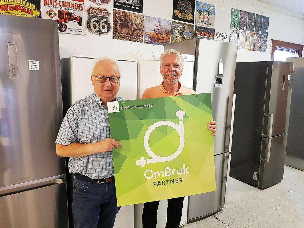Tron Pettersen fra Drammen Hvitevarer AS (til venstre) sammen med Pål Haugen fra OmBrukt AS, som er eid av Stiftelsen Elektronikkbransjen. Foto: Jan Røsholm