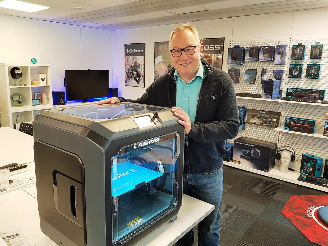 Daglig leder Jo Petter Kjeldset viser frem 3D-skriveren Creator 3 fra Flashforge. Foto: Jan Røsholm