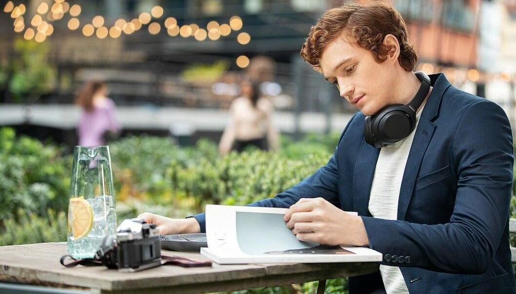 Hjemmekontor-livet har gjort at salget av hodetelefoner vokser kraftig. Foto: Sony
