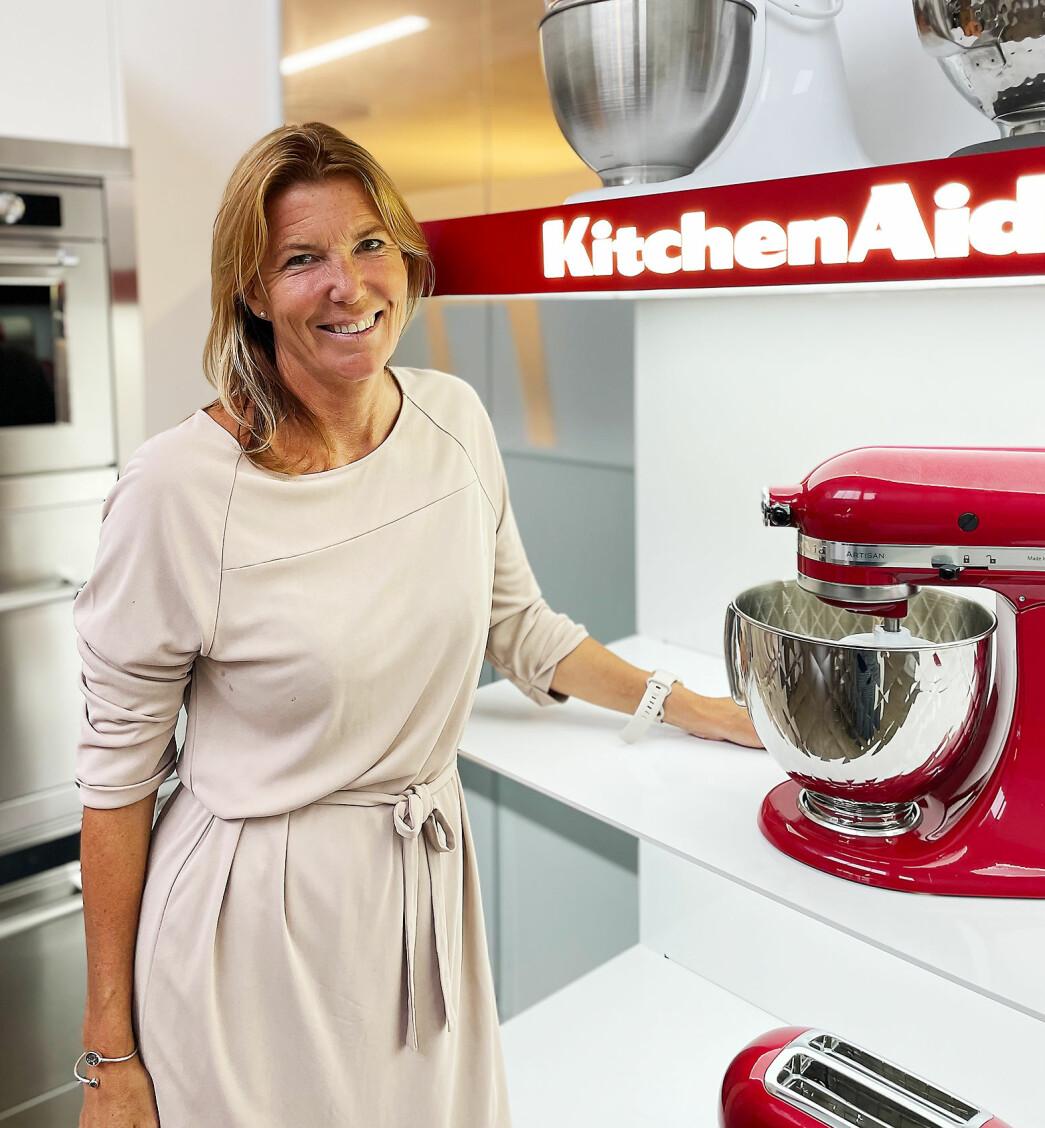 Cecilia Liss er Nordensjef i KitchenAid SDA, her med deres klassiske kjøkkenmaskin. Foto: KitchenAid