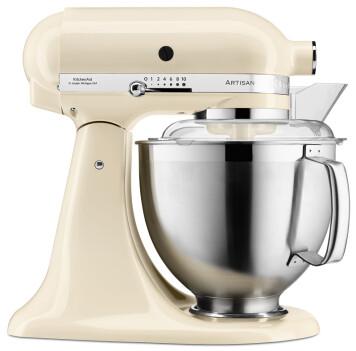 KitchenAid Artisan 5KSM185PS kjøkkenmaskin med vippehode i fargen Almond Cream. Rustfri stålbolle på 4,8 liter. Trådvisp, flatvisp og eltekrok medfølger. Pris: 8.000,- Foto: KitchenAid
