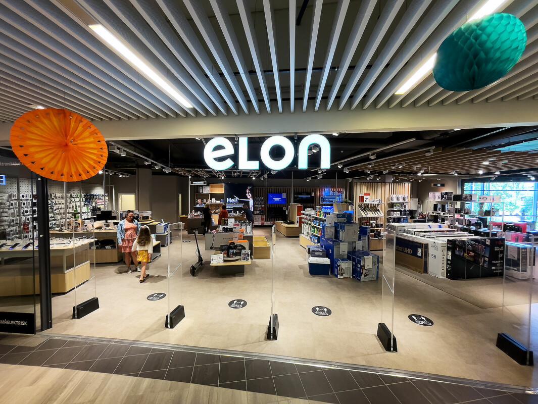 Elon Raufoss har store vindusflater og innganger for kundene som går gjennom Amfi kjøpesenter. Foto: Stian Sønsteng