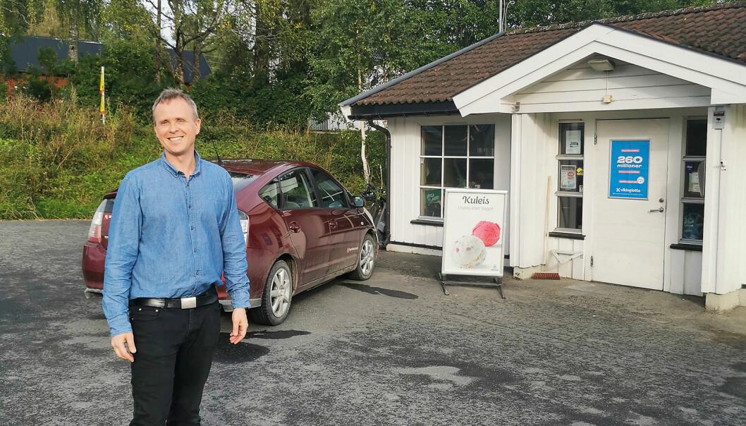 Anders Vildåsen ved kiosken han har drevet i 20 år. Foto: Bøverbru kiosk og gatekjøkken