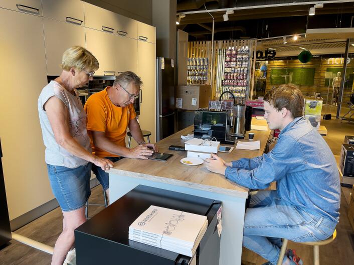 Liv Ellen og Bjørn Grindvold (f. v.) får hjelp av Marius Bjeglerud til å sette opp en ny iPad. Foto: Stian Sønsteng