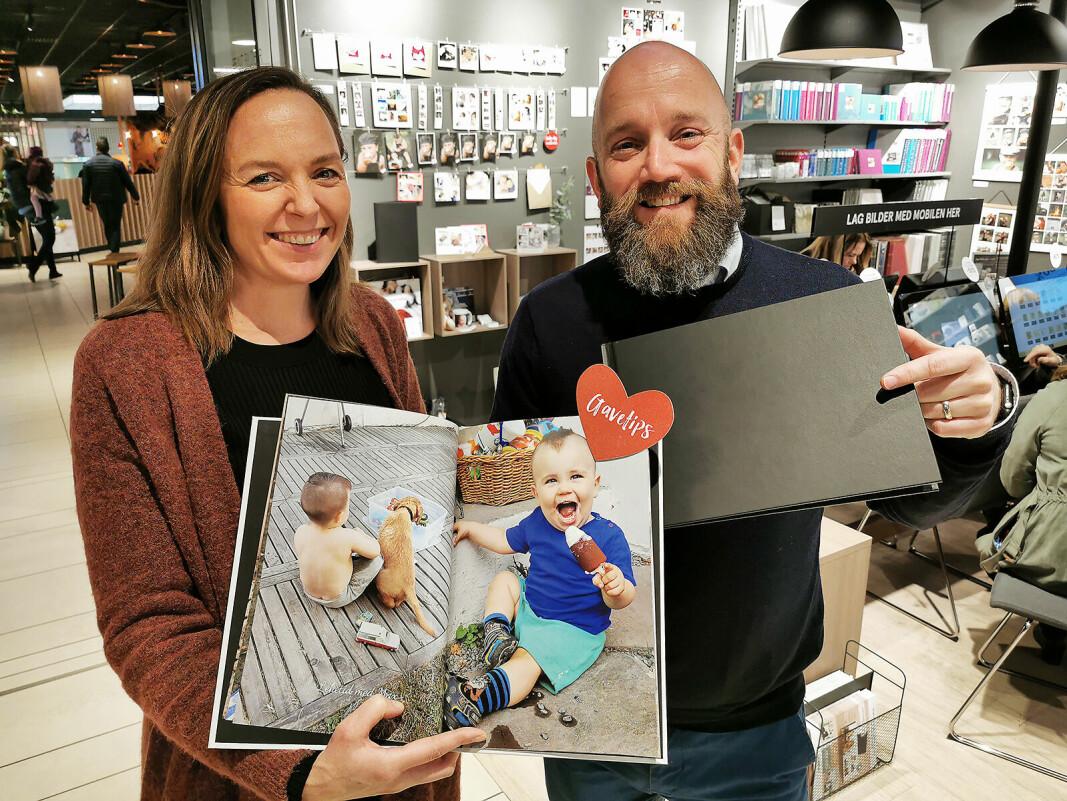 Per Johan Waag og Kristine Lindstrøm i Elite Foto med Ekspress fotobok, som kjeden leverer på under to timer. Foto: Stian Sønsteng