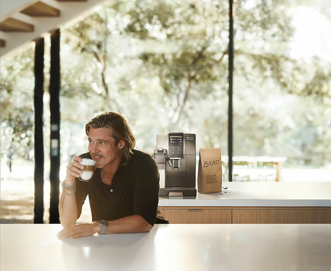 Skuespiller Brat Pitt nyter i kampanjen en kopp cappuccino tilberedt på en Dinamica-maskin. Foto: De'Longhi